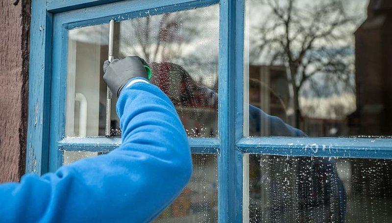frühjahrsputz-service-window-cleaning-window-cleaner.jpg